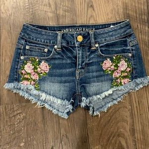 AMERICAN EAGLE embroidered jean shorts 00